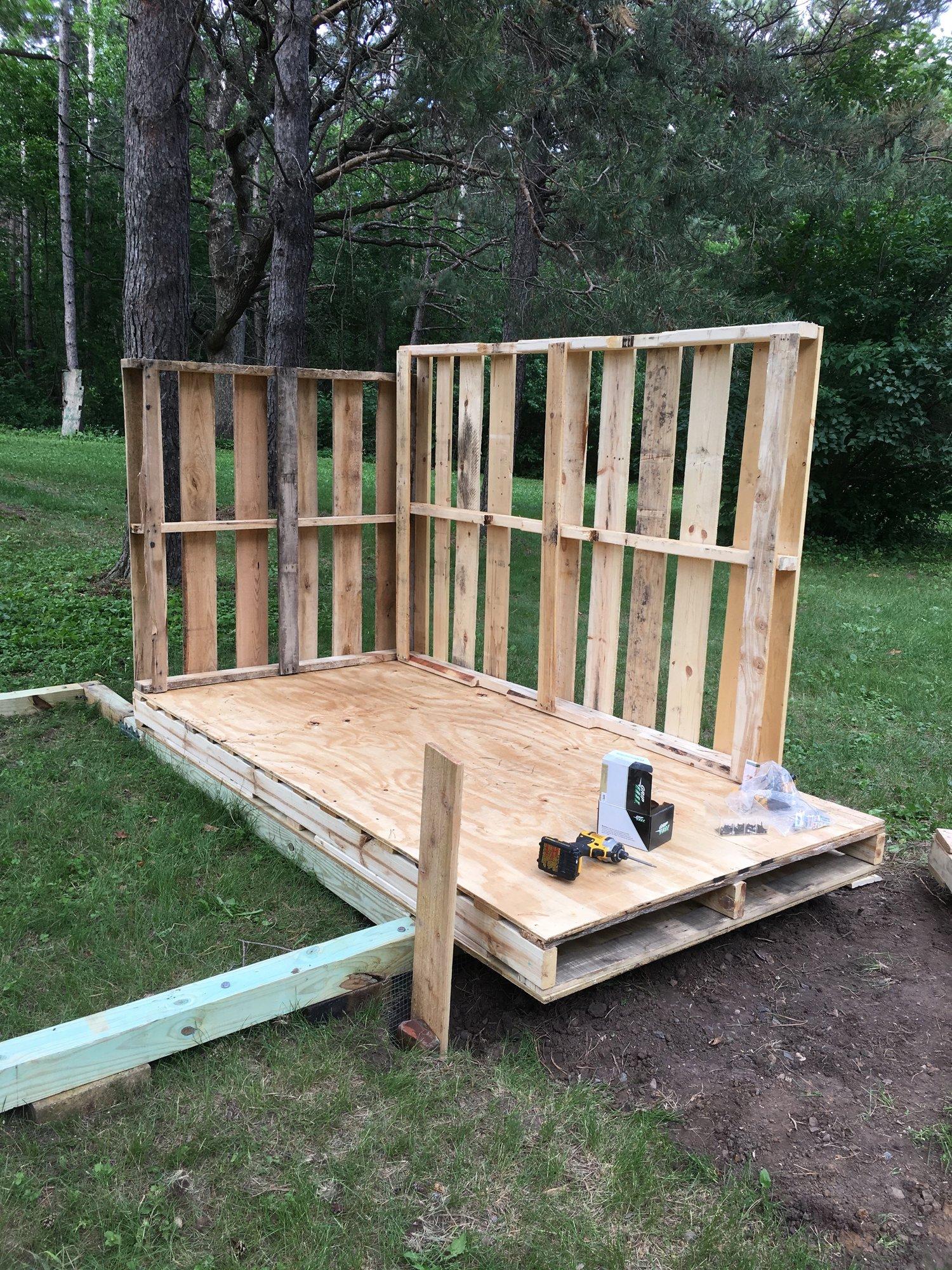 3-pallet coop walls 1.jpeg