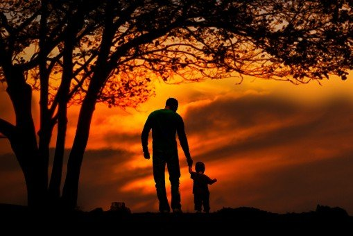 sunset_family_together_father_two_parent_child-1173652.jpg!s.jpg