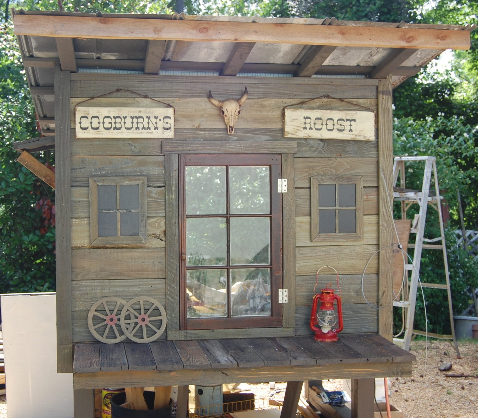 The Old West Rooster Cogburn Red Lobster Pallet Coop