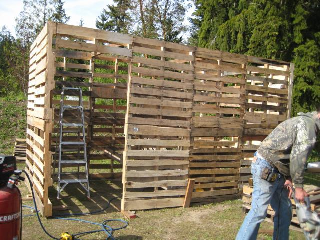 how to build an outhouse out of pallets