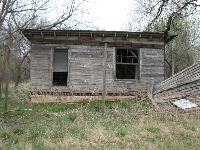http://www.backyardchickens.com/forum/uploads/67664_old_chicken_house_003.jpg