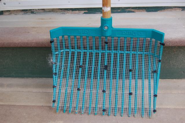 http://www.backyardchickens.com/forum/uploads/91292_homemade_sand_sifter_closeup.jpg